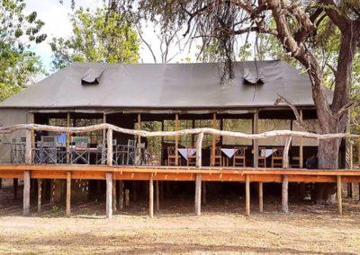 Im Restaurant des Safari-Camps speisen Sie mit Ausblick.