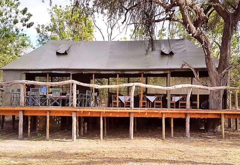 Im Restaurant des Safari-Camps genießen Sie das köstliche Essen und den Ausblick.